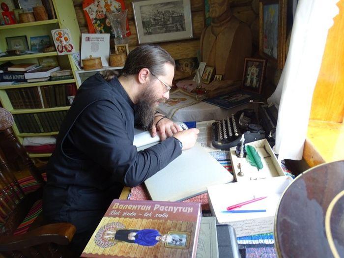 Роспись в книге почетных гостей в музее писателя Владимира Крупина в Кильмези
