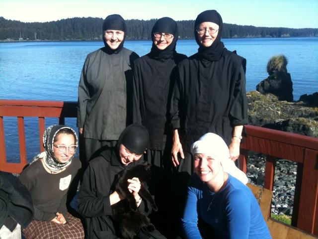 Сестры скита (скитоначальница Нина крайняя слева) и паломники. Фото: twohandstofeet.blogspot.com