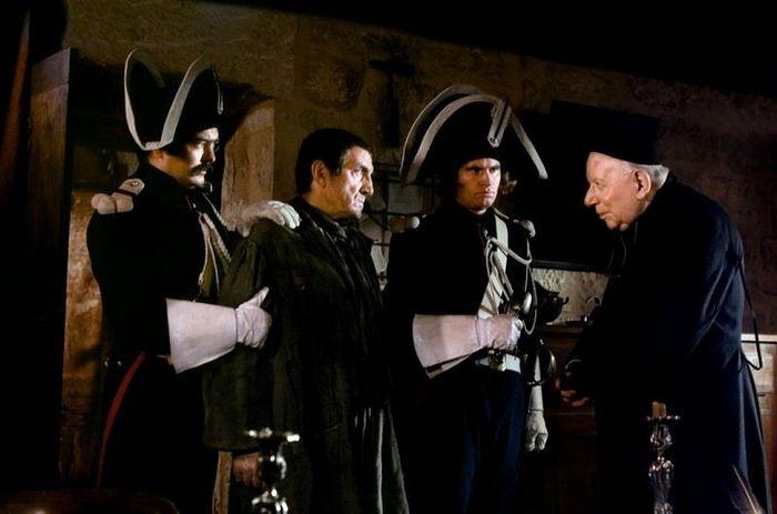 Монсеньор Бьенвеню дарит Жану Вальжану серебряные подсвечники. Сцена из фильма «Отверженные», реж. Роббер Оссейн, 1987