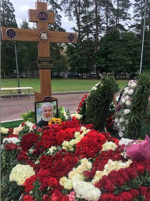 Могила у храма святого благоверного князя Игоря Черниговского в Переделкине