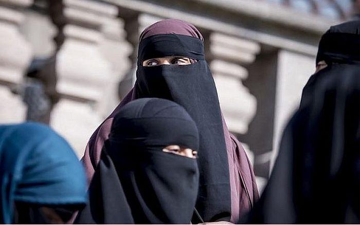 Протестующие против принятия нового закона женщины-мусульманки в никабах рядом с парламентом Дании. Копенгаген. 31 мая 2018 г.