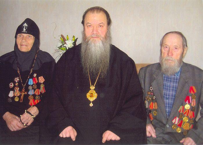Митрополит Тихон (Емельянов) с родителями – Григорием Степановичем и Екатериной Тимофеевной (схимонахиней Амвросией). Ныне здравствующему папе сейчас 102 года