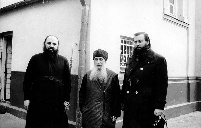 Схиархимандрит Макарий (Болотов), святитель Зиновий (Мажуга; в схиме – Серафим), диакон Леонид, ныне – митрополит Тихон. Тбилиси, 1981 год