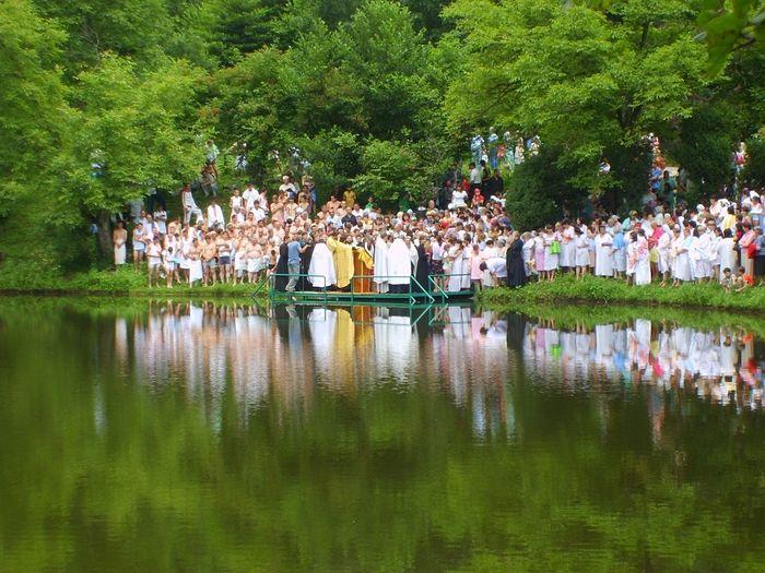 Массовое крещение на монастырском озере