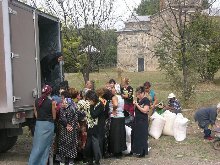 Раздача гуманитарной помощи в Южной Осетии
