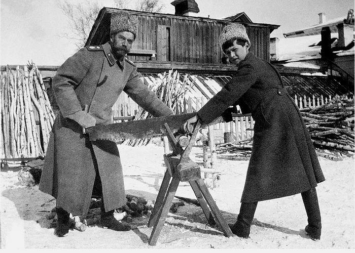 Николай II со своим сыном Алексеем во время ссылки в Тобольске в 1917-м году