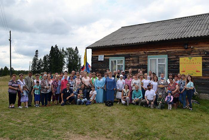 Участники и гости фестиваля после открытия