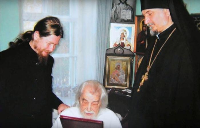 С ныне владыкой Тихоном (Шевкуновым) у батюшки Иоанна (Крестьянкина) в келье