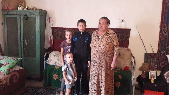 Семья Ирины Суворовой, проживающая в бараке на автобазе в Душанбе