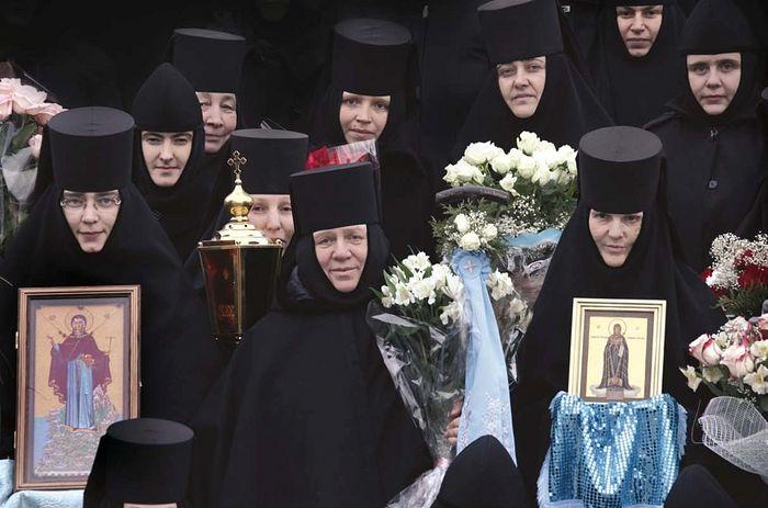Игумения Сергия с сестрами в Дивеево