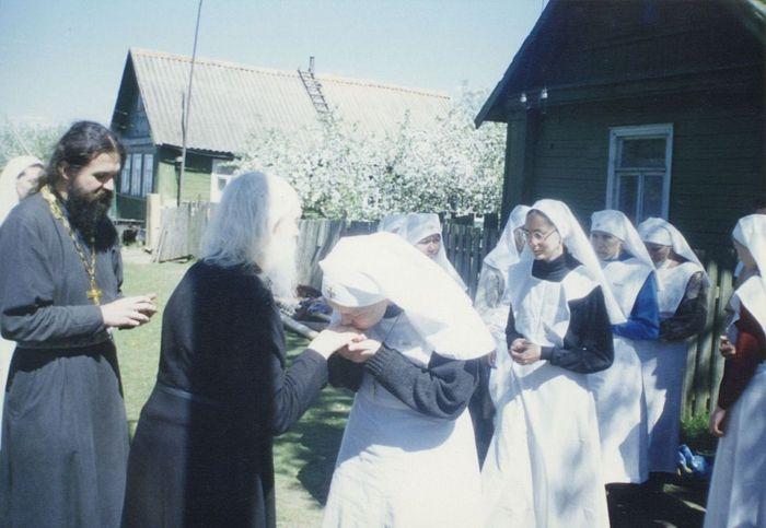 Отец Андрей и сестры создаваемой минской обители получают благословение старца Николая