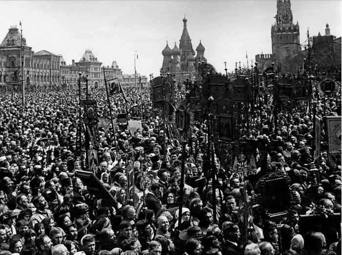 Крестный ход и молебен на Красной площади в Москве 22 мая 1918 года.