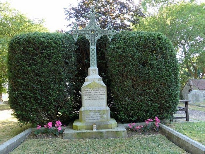 Могила Виктории Баттенбергской у храма святой Мильдреды близ Осборна