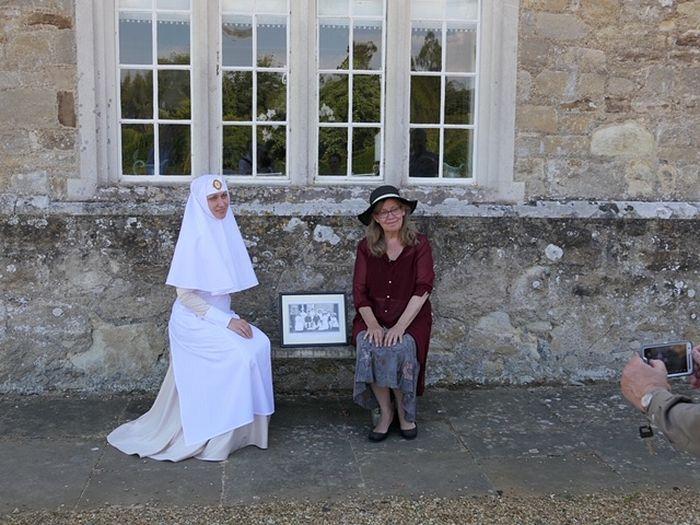Старшая Сестра Иерусалимского сестричества Екатерина и Мария Харвуд в имении Бартон на том месте, где была сделана знаменитая фотография двух августейших семей