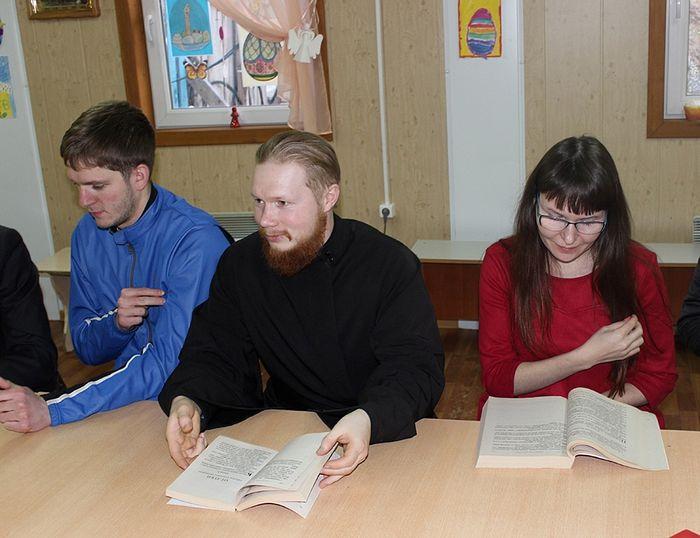 Руководитель молодежного отдела отец Иоанн Коюшев ведет занятие в антикафе «Логос»