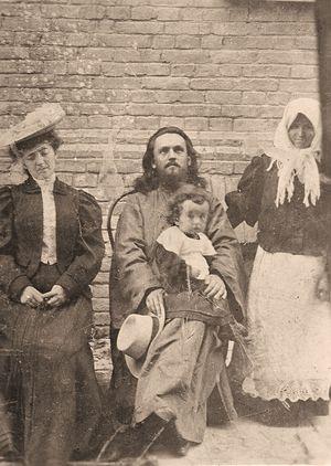Прот. Иоанн Говядовский с супругой и сыном. Фото нач. XX в