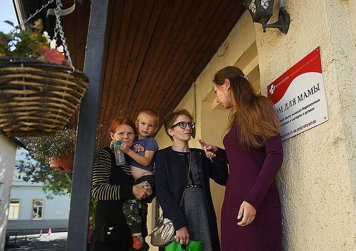 Руководитель «Дома для мамы» Маша Студеникина (справа) всегда готова выслушать своих «девочек». Фото: Кристина Кормилицына, Коммерсантъ