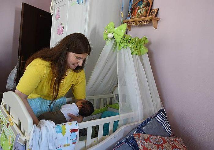 Надежда пришла в московский «Дом для мамы» за несколько недель до родов. Без документов, денег и надежд на будущее. Теперь у нее есть Арсений и планы на жизнь. Фото: Кристина Кормилицына, Коммерсантъ