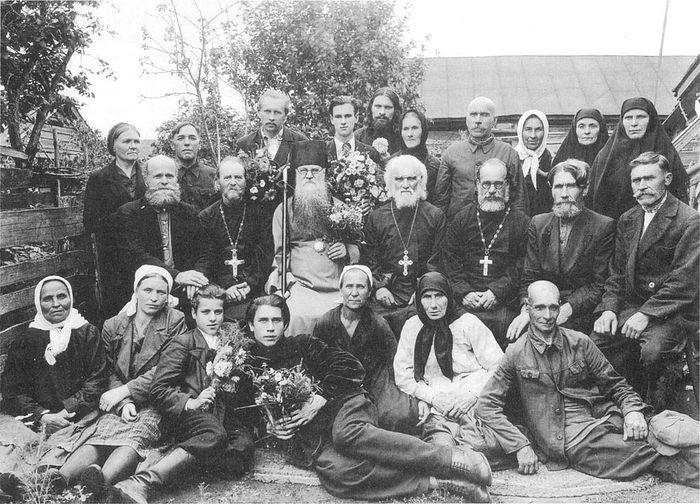 Епископ Кирилл (Поспелов) и служащие Михаило-Архангельского собора г. Сердобска. 1947 г.