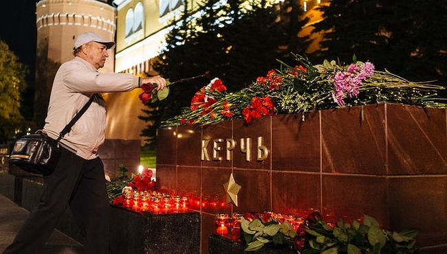 Flowers and candles adorn the Kerch monument outside the Moscow Kremlin. Photo: gazeta.ru
