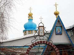 Ukrainian faithful protect their church from attacks of schismatic priests in Kiev