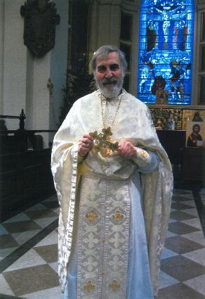 Протоиерей Майкл Харпер в православном храме Св. Ботолфа, который был основан им в последние годы своего священства. Район Бишопсгайт, Лондон