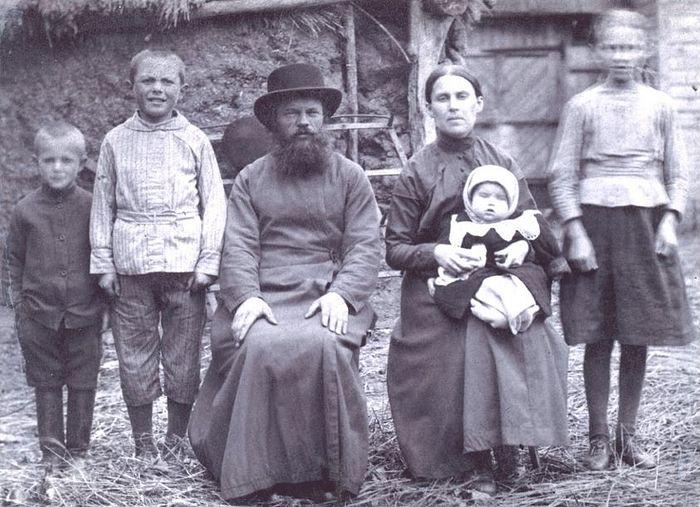 1922 год: во дворе своего дома в Ходынино (слева направо): сын Владимир (1913 г.р. – 9 лет), сын Анатолий (1911 г.р. – 11 лет), отец Димитрий (1881 г.р. – 41 год), матушка Евгения (1886 г.р. – 36 лет), у нее на руках – сын Николай (1921 г.р. – 1 год), дочь Нина (1909 г.р. – 13 лет)