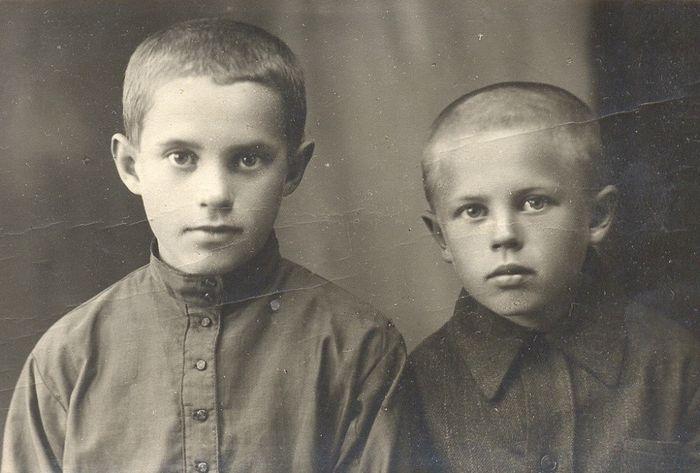 Коля (11 лет) и Боря (7 лет) – младшие дети семьи священника Димитрия Орехова, родившиеся в Ходынине. 1932 г., Рыбное