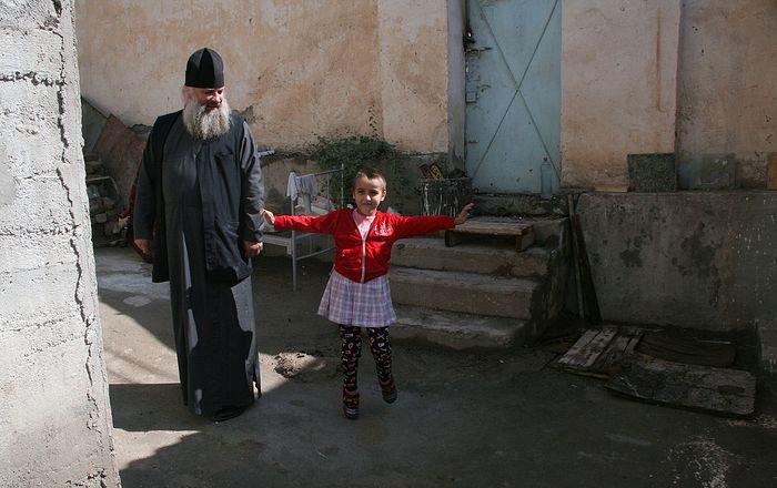 Епископ Душанбинский и Таджикистанский Питирим с Леночкой из приюта. У Леночки есть родители, но у них нет ни возможности, ни желания растить детей. Когда девочка попала в приют, на ней обнаружили многочисленные следы побоев и огромное количество вшей. Домой Леночка не хочет