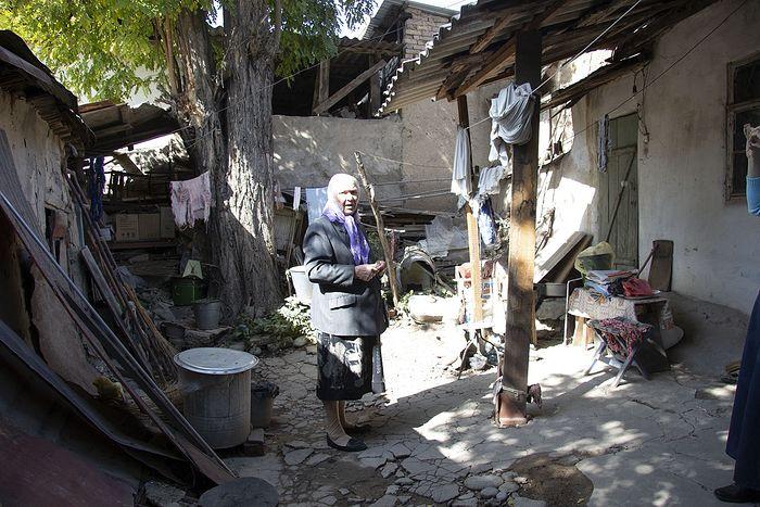Двор и жилой дом (справа видна его стена) на окраине Душанбе. В этот дом Валентина Павловна попала со своими родителями в 1939 году, с тех пор тут и живет. Газа и воды нет