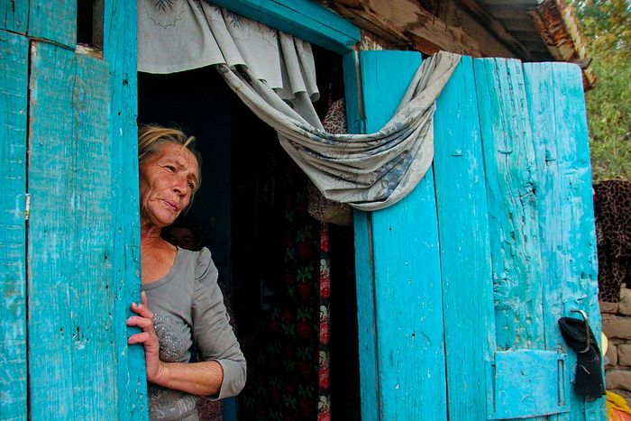 Лена на пороге своего дома в кишлаке неподалеку от афганской границы. Раньше Лена зарабатывала тем, что дробила камни в горах, работала штукатуром. Не считая двух своих, Лена вырастила 9 детей рано умершей сестры