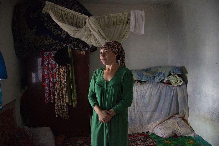 Люда, дочка Лены, живет в этой комнате с рождения. Сейчас кроме нее в этой же комнате живут еще четверо. Спят на полу, электричество дают в 19:00 на один час