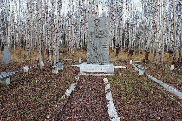 Dzimtenei, памятник заключенным латышам на кладбище поселка Восточный