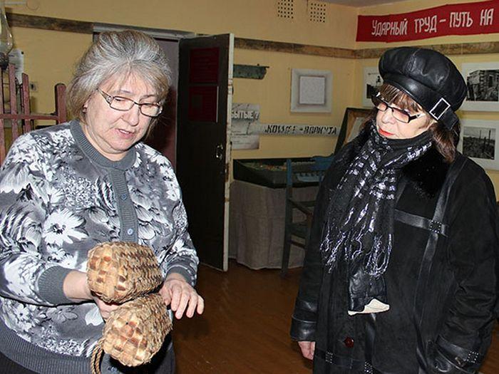 Смотритель музея п. Абезь Наталья Старцева (слева)