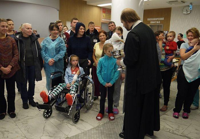На молебне присутствовали дети, пациенты больницы, с родителями