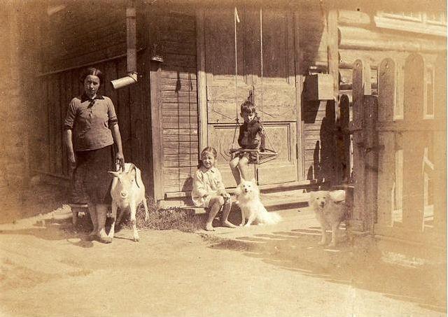 Мария Малышева с сыном и дочерью. 1930-е гг.