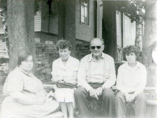 Тавифа (слева) в доме инвалидов