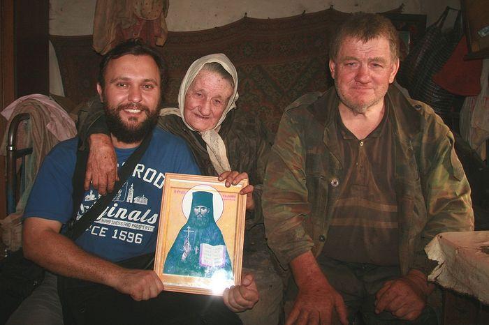 П. Альбощий в деревне Неведомый Колодец с дальними родственниками преподобномученика Масалитиными