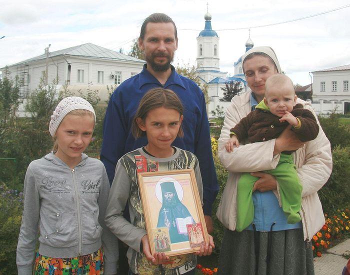 Семья верхотурского краеведа и экскурсовода В. Дьяченко с иконой преподобномученика Аполлинария