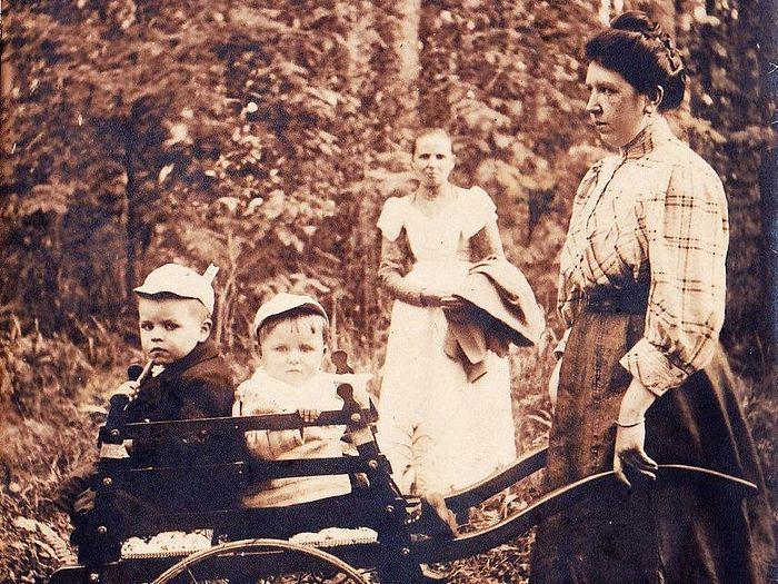 Мария Николаевна Изотова с детьми на прогулке