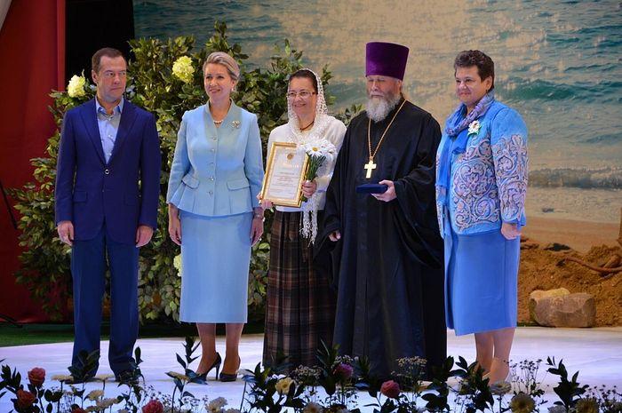 Медаль «За любовь и верность» вручают Дмитрий Анатольевич и Светлана Владимировна Медведевы