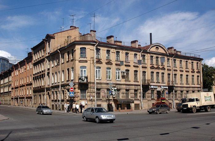 Подворье Кирилло-Челмогорского монастыря в Петербурге, на углу Обводного канала и Боровой ул.