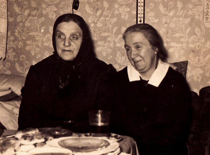 Схимонахиня Таисия (в миру Вера Владимировна Коржавина) – слева