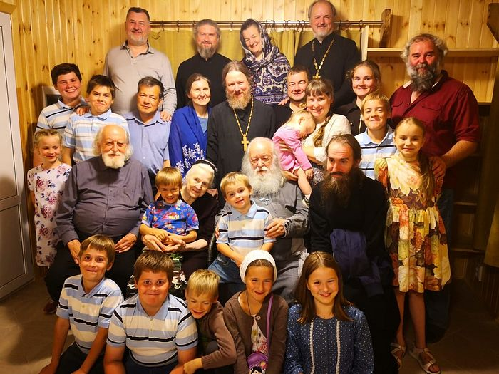Отец Валериан и матушка Наталия Константиновна с детьми и внуками