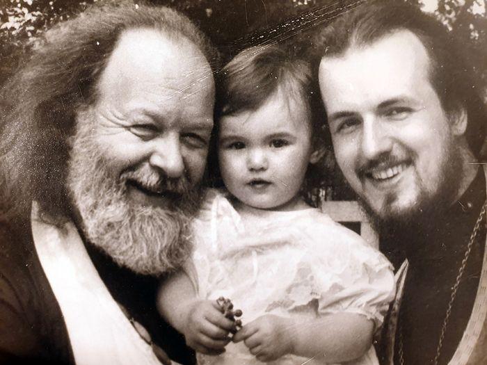 Протоиерей Валериан с сыном Федором и внучкой. 1994 год