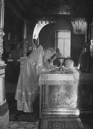 Отцы Сергий (Орлов) и Валериан Кречетов в алтаре Покровского храма