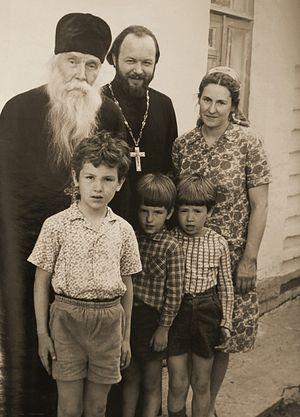 Протоиерей Валериан с духовником, протоиереем Сергием (Орловым), с матушкой Наталией Константиновной и с сыновьями