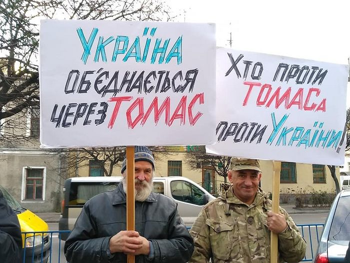"Ukrainian autocephalists with their signs in support of ""Thomas"". Photo: zhytomyr-eparchy.org"