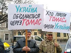 "Autocephalists picketing throughout Ukraine, confuse word ""tomos"" with name ""Thomas"""