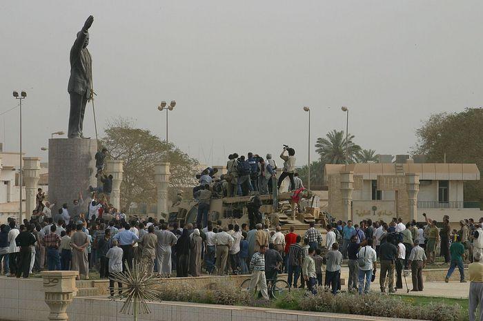 Уничтожение статуи Саддама Хусейна